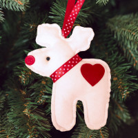 Новогодняя ёлочная игрушка Олень с сердечком